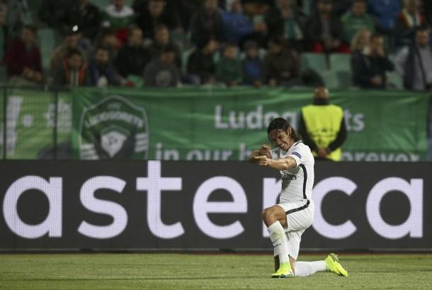 Striker PSG, Edinson Cavani merayakan gol keduanya ke gawang Ludogrets pada laga Grup A Liga Champions, Kamis (29/9) dini hari WIB. PSG menang 3-1 atas tuan rumah di stadion Vasil Levski.
