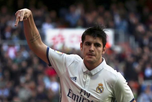 Striker Real Madrid, Alvaro Morata merayakan golnya ke gawang Leganes pada laga La Liga, di Santiago Bernabeu, Ahad (6/11). Madrid menang 3-0 pada laga ini.