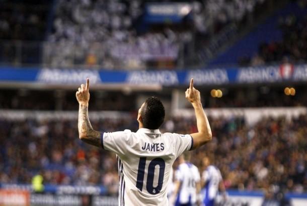 Striker Real Madrid, James Rodriguez merayakan gol ke gawang Deportivo La Coruna pada La Liga di stadion Riazor, Kamis (27/4) dini hari WIB. Madrid menang telak, 6-2.