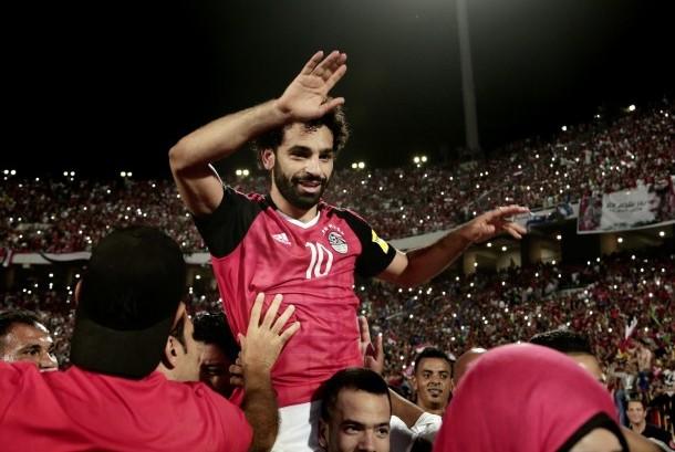 Striker Timnas Mesir, Mohamed Salah, melakukan selebrasi usai timnya memastikan diri lolos ke putaran utama Piala Dunia 2018 setelah mengalahkan Kongo di laga kualifikasi Grup E di Stadion El Arab, Alexandria, Mesir, Ahad (8/10).