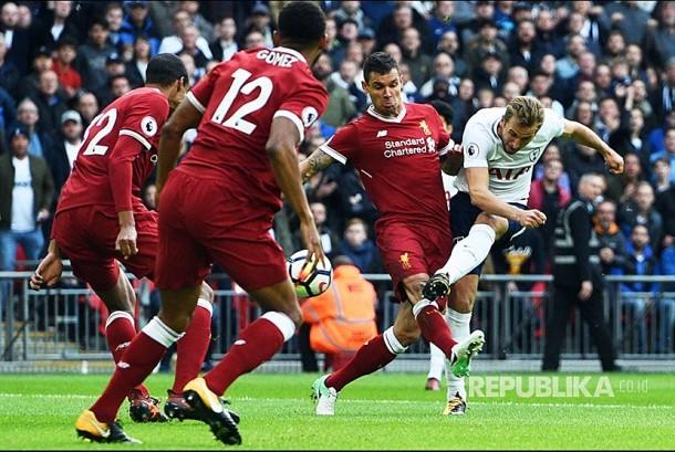 Striker Tottenham Hotspur Harry Kane mencetak gol ke gawang Liverpool pada pertandingan Liga Primer Inggris di Wembley, Inggris