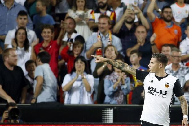 Striker Valencia, Santiago Mina merayakan gol ke gawang Sevilla pada laga La Liga di Mestalla, Ahad (22/10) dini hari WIB. Valancia menang 4-0.
