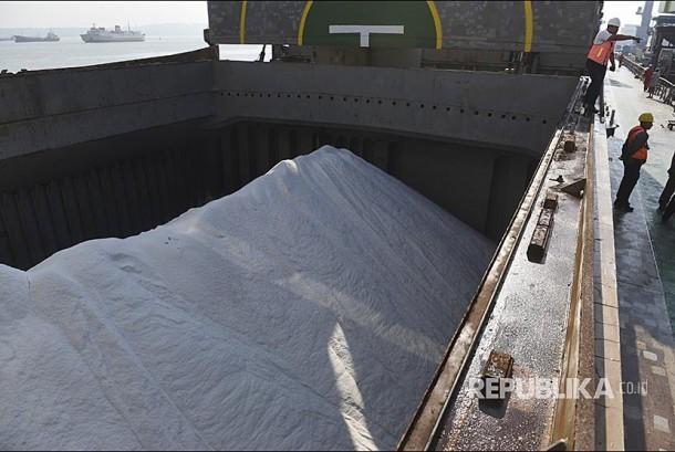 Suasana bongkar muat garam impor dari Kapal MV Golden Kiku ke truk pengangkut di Pelabuhan Tanjung Perak, Surabaya, Jawa Timur. Garam impor tersebut rencananya akan disebar ke sejumlah Industri Kecil Menengah di tiga wilayah yakni Jawa Timur, Jawa Tengah dan Kalimantan Barat.