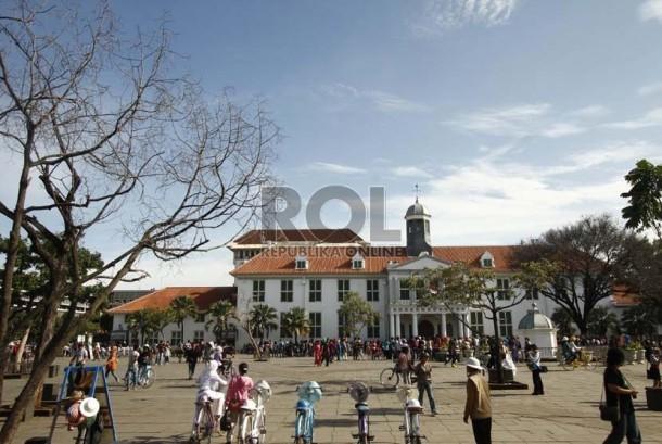 Suasana halaman Museum Fatahillah yang telah bersih dari pedagang Kaki Lima (PKL) di Kawasan Kota Tua, Jakarta, Ahad (3/2).