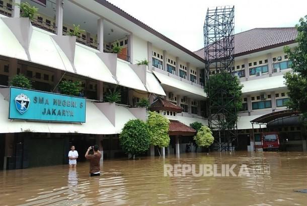 Terendam Banjir, SMAN 8 Jakarta Hari Ini Libur | Republika ...