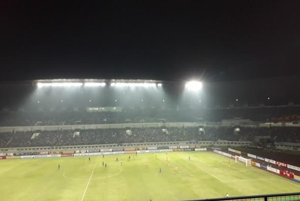 Suasana jelang babak pertama berakhir antara Persib menjamu Sriwijaya di Stadion Gelora Bandung Lautan Api, Sabtu (29/4). Skor sementara 1-0 untuk keunggulan Maung Bandung.