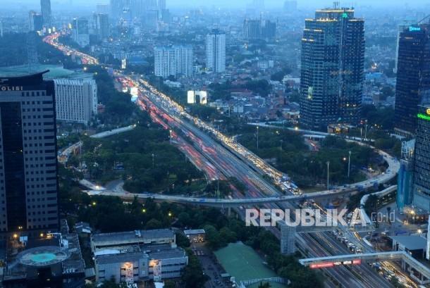 Suasana kepadatan kendaraan di sekitar proyek pembangunan Jalan Layang Simpang Susun Semanggi, Jakarta, Senin (21/3).