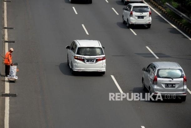 Suasana lalu lintas yang lengang di jalan Jakarta.