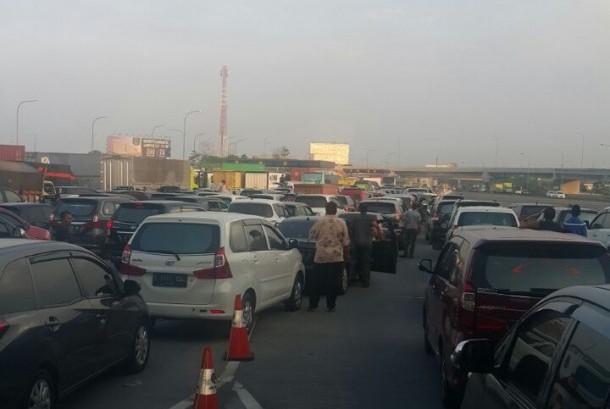 Suasana macet total di tol Jakarta-Cikampek sore ini.