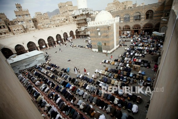 Suasana masjid di Sanaa, Yaman.