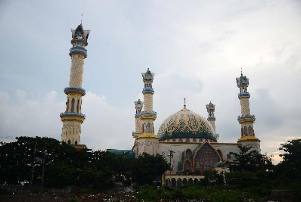 Suasana Masjid Islamic Center yang terletak di Tengah Kota Mataram, Nusa Tenggara Barat, Sabtu (20/12). Masjid Islamic Center yang diperkirakan akan rampung pada akhir tahun ini rencananya akan dijadikan pusat data islam di nusantara.