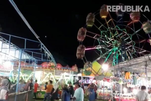 Suasana Pasar Malam di Lapangan Pondok Wonolelo, Desa Widodomartani, Kecamatan Ngemplak, Kabupaten Sleman, DI Yogyakarta.