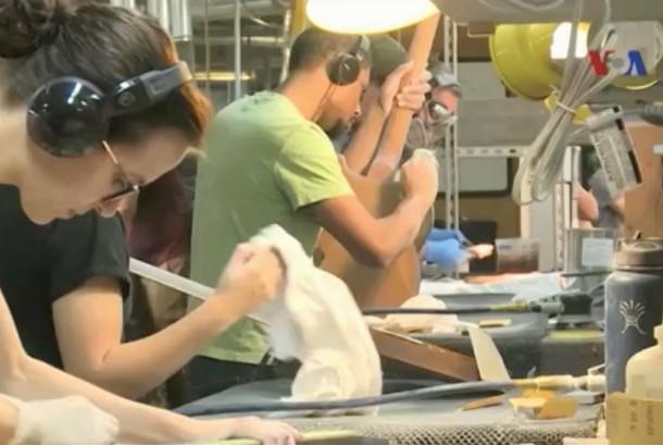Suasana pekerja di pabrik PRS Guitar di AS