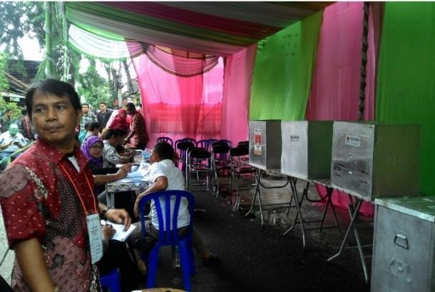 Suasana pemungutan suara ulang Pilkada DKI di TPS 01 Utan Panjang, Kemayoran, Ahad (19/2).