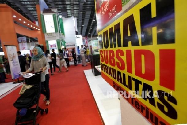 Suasana pengunjung saat melihat di stan perumahan bersubsidi pada pameran perumahan di Jakarta. ilustrasi