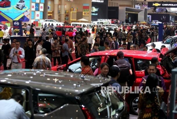 Suasana ppengunjung pada pembukaan pameran Gaikindo Indonesia International Auto Show (GIIAS) 2017 di ICE BSD City, Tangerang, Banten, Kamis (10/8).