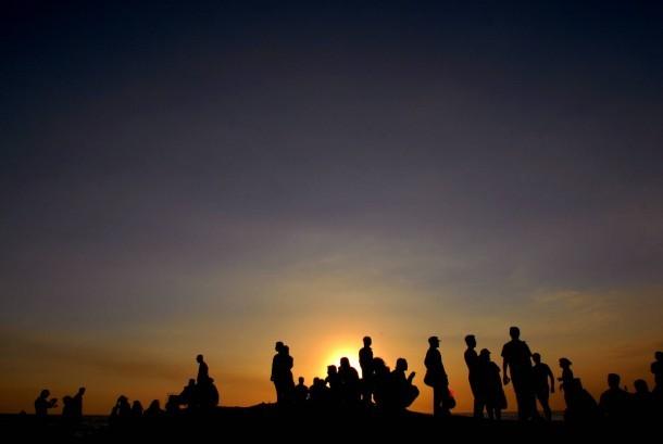 Suasana saat matahari terbenam di kawasan wisata Tanah Lot, Tabanan, Bali, beberapa waktu lalu.