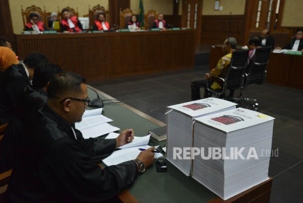Suasana sidang dengan terdakwa dugaan kasus korupsi KTP Elektronik Irman (kanan) dan Sugiharto (kiri) menjalani sidang lanjutan dengan agenda pembacaan tuntutan di Pengadilan Tindak Pidana Korupsi (Tipikor), Jakarta, Kamis (22/6).