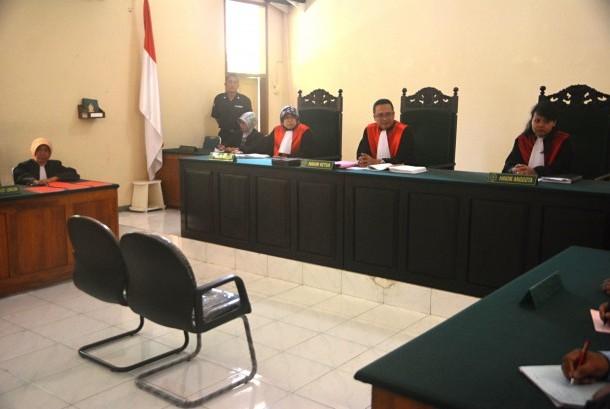 Suasana sidang tuntutan Asyani (63), terdakwa kasus pencurian kayu jati milik Perhutani tanpa dihadiri terdakwa.