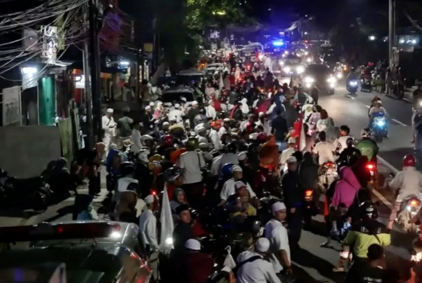 Suasana takbir keliling di Jakarta, Sabtu (24/6).