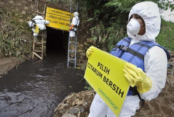 Sungai yang tercemar akibat pembuangan limbah dari pabrik (ilustrasi).