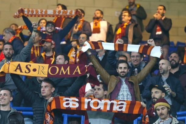 Suporter AS Roma saat mendukung tim mereka melawan Chelsea pada laga Liga Champions, di Stamford Bridge, Rabu (18/10).
