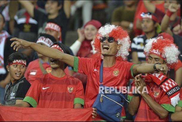 Suporter Indonesia memberikan dukungan kepada Timnas U-22 yang bertanding melawan Filipina pada babak penyisihan Grup B SEA Games XXIX di Stadion Shah Alam, Selangor, Malaysia, Kamis (17/8).