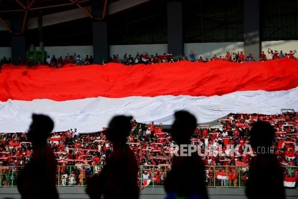 Suporter timnas Indonesia menyanyikan lagu Indonesia Raya saat laga persahabatan melawan Fiji di Stadion Patriot Chandrabaga, Bekasi (ilustrasi)