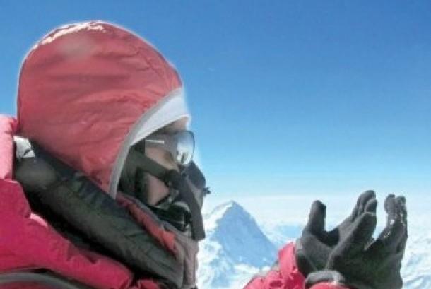 Suzanne Al-Houby berdoa di Puncak Everest setelah mendaki selama 51 hari.
