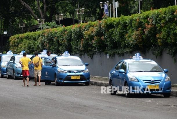 Taksi Blue Bird di kawasan Senayan, Jakarta, Rabu (23/3).  (Republika/Yasin Habibi)