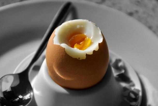Telur rebus.