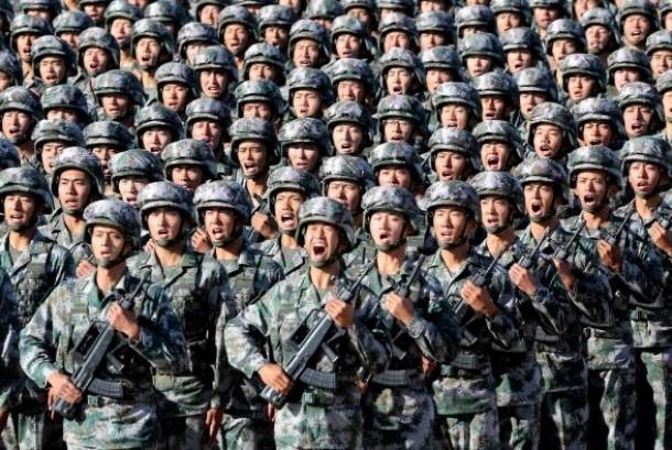 Tentara Pembebasan Rakyat, angkatan bersenjata Cina saat merayakan hari jadinya pada 30 Juli 2017.