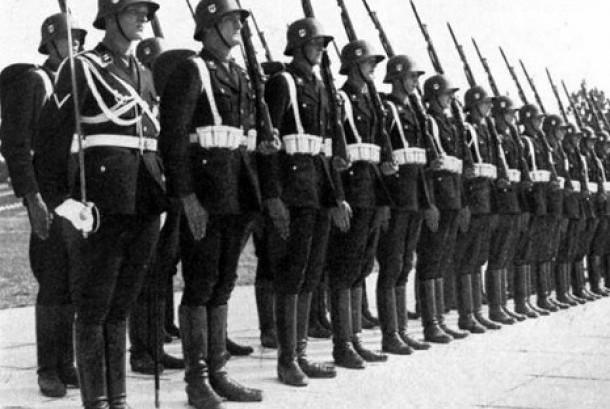 Tentara SS Nazi dalam versi seragam hitam