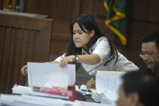 Terdakwa Jessica Kumala Wongso didampingi kuasa hukumnya menjalani sidang lanjutan perkara tewasnya Wayan Mirna dengan agenda mendengarkan keterangan saksi ahli di Pengadilan Negeri Jakarta Pusat, Kamis (25/8).