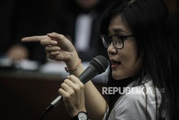 Terdakwa kasus pembunuhan Wayan Mirna Salihin Jessica Kumala Wongso menjawab pertanyaan Jaksa saat menjalani sidang ke-26 di Pengadilan Negeri Jakarta Pusat, Rabu (28/9).