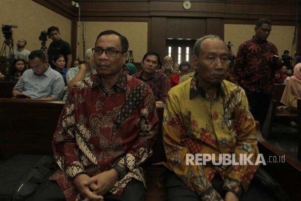 Terdakwa kasus pengadaan KTP elektronik (KTP-el) Irman (kiri) dan Sugiharto (kanan) menunggu waktu persidang dengan agenda pembacaan putusan di Pengadilan Tipikor, Jakarta, Kamis (20/7).