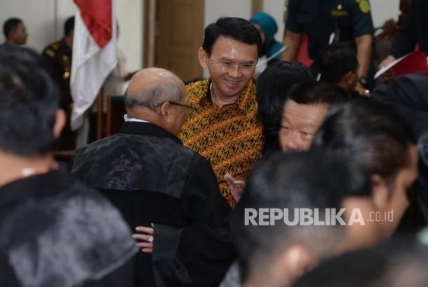 Terdakwa kasus penistaan agama Basuki Tjahaja Purnama atau Ahok seusai menjalani sidang lanjutan di Auditorium Kementerian Pertanian, Jakarta, Selasa (25/4).