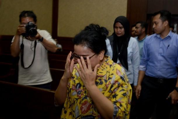 Terdakwa pemberi keterangan palsu Miryam S. Haryani berjalan memasuki ruangan menjelang sidang tuntutan di Pengadilan Tipikor, Jakarta, Senin (23/10).