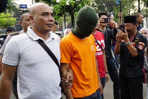 Tersangka dugaan penyebaran ujaran kebencian terhadap Iriana Joko Widodo berinisial DI dibawa petugas di Mapolrestabes Bandung, Jawa Barat, Selasa (12/9).