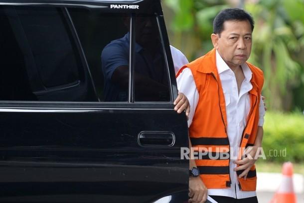 Tersangka kasus korupsi KTP elektronik Setya Novanto keluar dari mobil tahanan untuk menjalani pemeriksaan di Gedung KPK, Jakarta, Selasa (12/12).