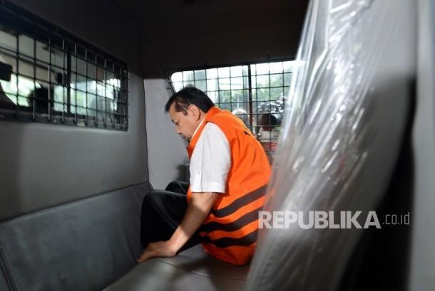 Tersangka kasus korupsi KTP elektronik Setya Novanto menaiki mobil tahanan seusai menjalani pemeriksaan di gedung KPK, Jakarta, Selasa (21/11).