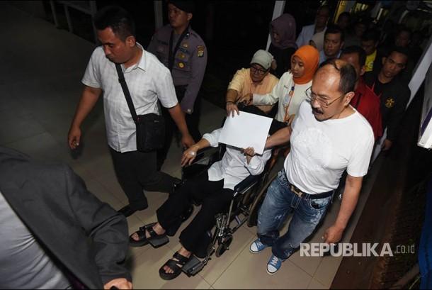 Tersangka kasus korupsi KTP Elektronik Setya Novanto meninggalkan RSCM untuk dibawa ke rutan KPK di Jakarta, Minggu (19/11). Ketua DPR itu resmi ditahan oleh KPK.