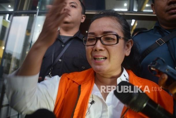 Tersangka pemberi keterangan palsu dalam sidang kasus dugaan korupsi pengadaan e-KTP tahun anggaran 2011-2012, Miryam S Haryani berjalan memasuki kendaraan tahanan seusai menjalani pemeriksaan di gedung KPK, Jakarta, Rabu (17/5).