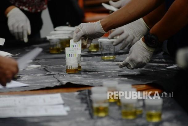 Tes urine, salah satu tes kesehatan yang harus dilalui para pasangan calon yang mengikuti Pilkada (ilustrasi)
