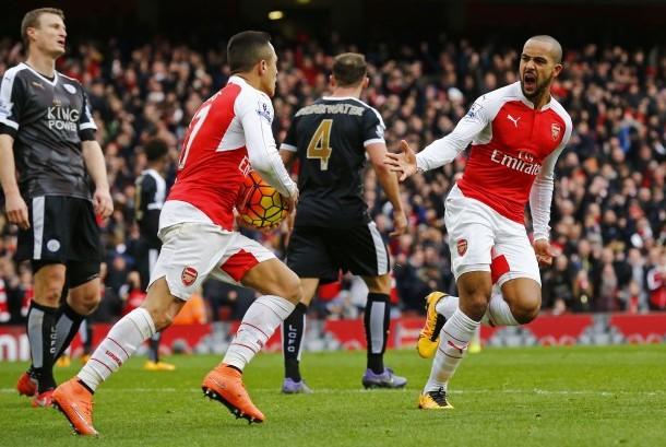 Theo Walcott (kanan) merayakan golnya ke gawang Leicester City dengan rekannya Alexis Sanchez.