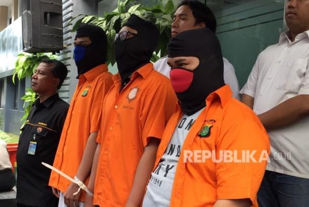 Tiga pelaku peretas 600 website yang ditangkap Polda Metro Jaya bekerjasama dengan FBI, masih berstatus mahasiswa di Surabaya, Jawa Timur.