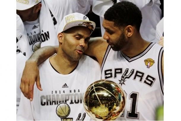 Tim Duncan (kanan) saat meraih gelar juara NBA pada 2014 bersama San Antonio Spurs.