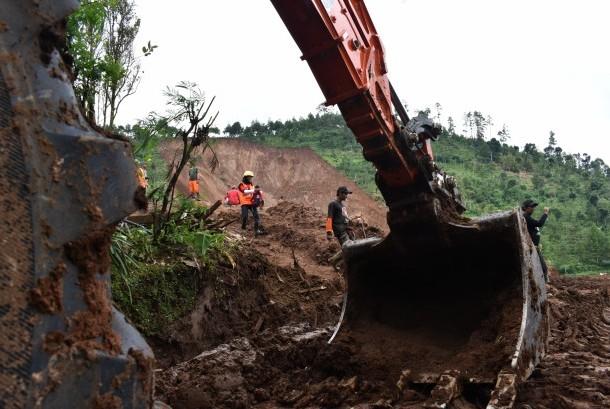 Tim gabungan memantau lokasi setelah terjadi longsor susulan di lokasi bencana longsor Desa Banaran, Pulung, Ponorogo, Jawa Timur, Minggu (9/4).