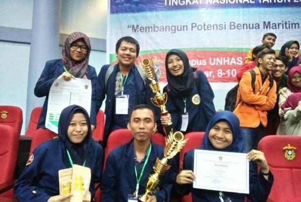 Tim mahasiswa IPB menjadi juara lomba karya tulis mahasiswa nasional yang diadakan Unhas.