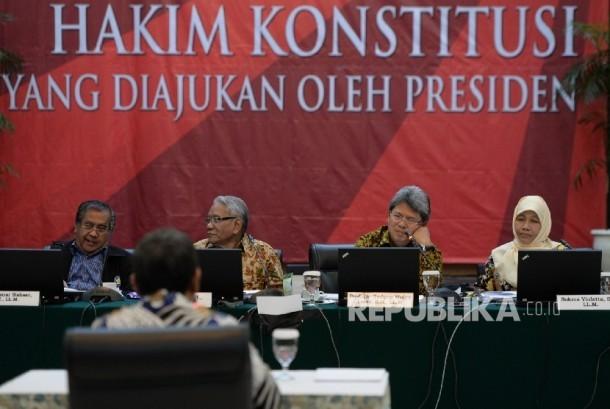 Tim Panitia Seleksi (Pansel) Calon Hakim Konstitusi melakukan uji wawancara terbuka kepada calon Hakim MK Muhammad Yamin Lubis di Gedung Sekertariat Negara, Jakarta, Senin (27/3).
